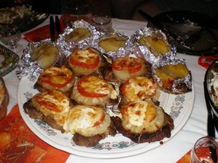 Запеченое мясо с ананасами и помидорами